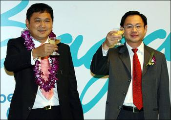 Young business tycoon, Tay Za (left, Chairman of Air Bagan and a close associate of General Than Shwe), seen here enjoying a toast with Lim Kim Choon, director general and chief executive officer of the Civil Aviation Authority of Singapore (CAAS), at the launch of Air Bagan's maiden flight to Singapore after its arrival at Changi International Airport on 7 Sep 2007 (AFP)