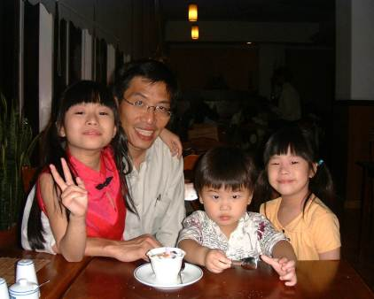 Dr Chee with his 3 children at the youngest boy, Shaw Hur's 3-year-old birthday in July 2007.